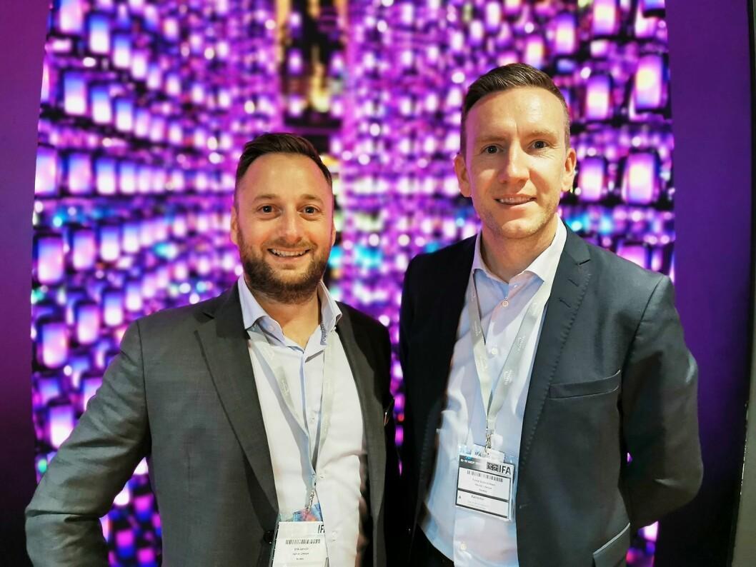 Trond Gulbrandsen (t.v.) og Erik Lerseth i Harman foran et rom fylt med JBL Pulse 4, som har fått et nytt og 360 graders heldekkende led-panel. Foto: Stian Sønsteng.
