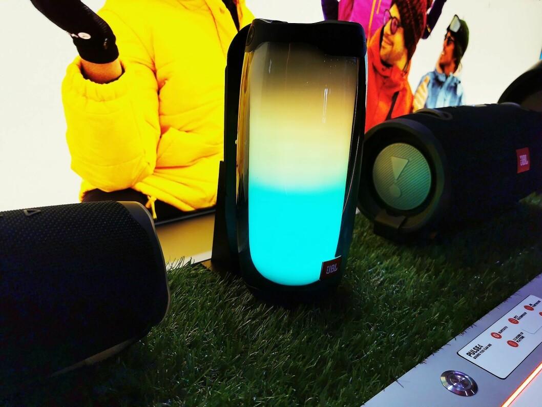 Smartaudio-høyttaleren JBL Pulse 4 har 12 timer spilletid med lyd og lys og USB-C-lading. Pris: 2.300,- Foto: Stian Sønsteng.