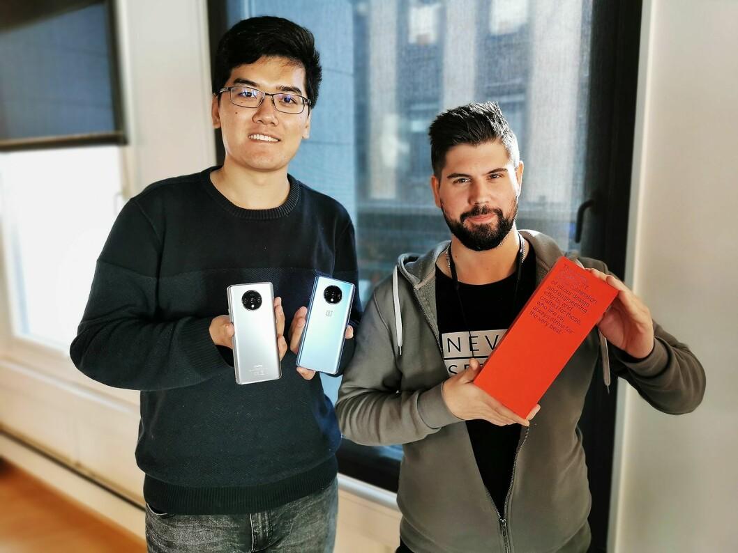 Frank Zhu (t. v.) og Pontus Jävermyr representerer OnePlus i Norge. Her viser de den nye 7T-modellen, som kommer i handelen den 17. oktober. Foto: Stian Sønsteng