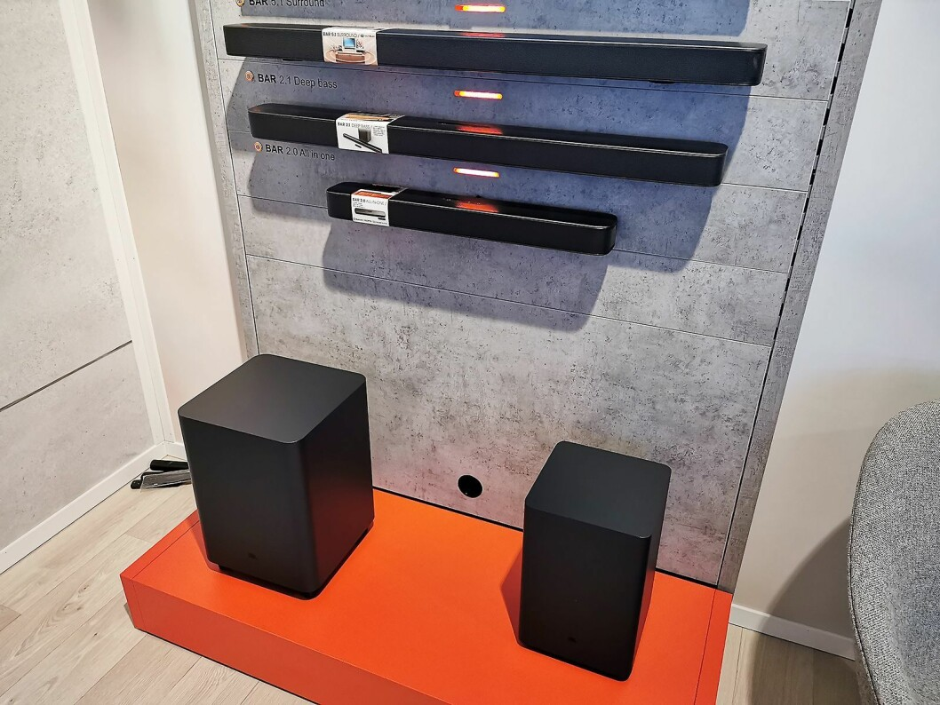 Lydplankene JBL Bar 2.0 All-In-One, Bar 2.1 Deep Bass og Bar 5.1 Surround (øverst). Pris: 2.500, 4.500 og 7.000 kroner. Foto: Stian Sønsteng.