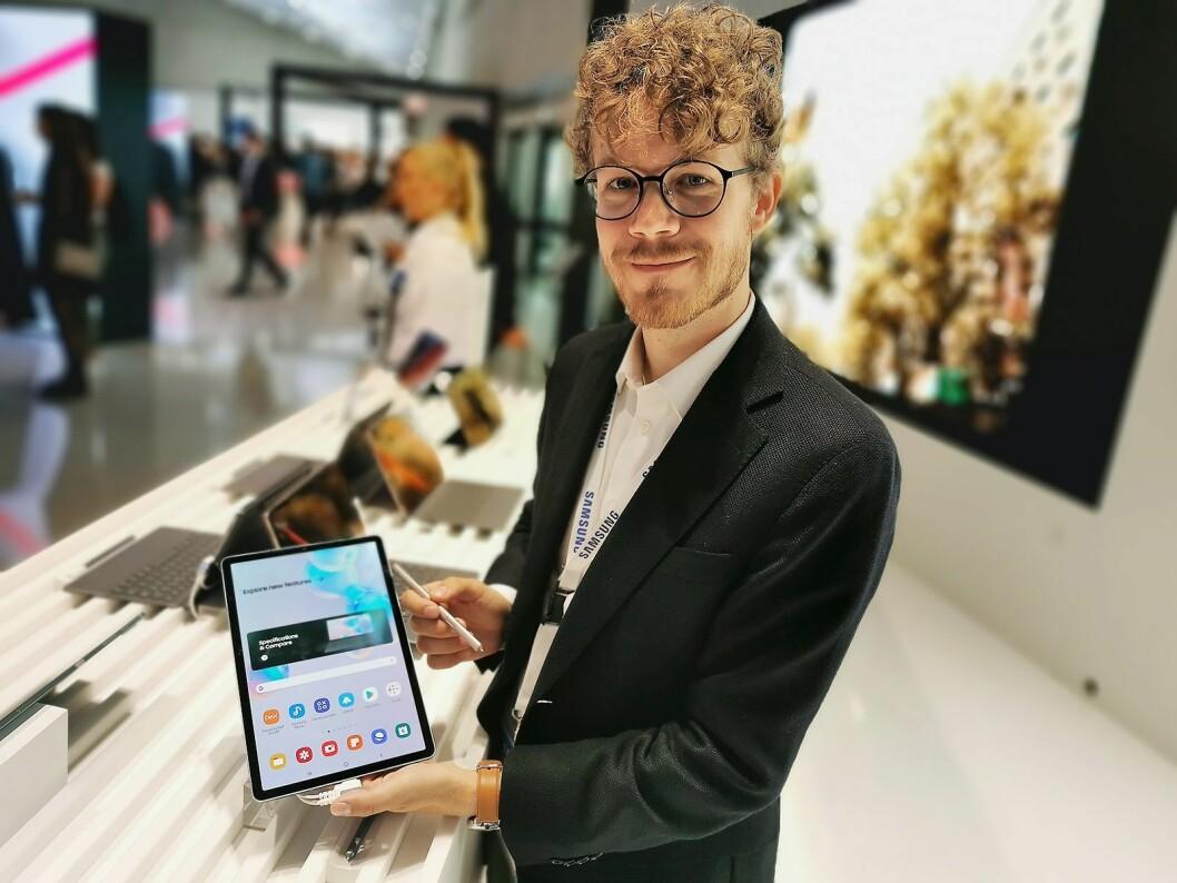 Daniel Kvalheim, teknisk kunde- og medieansvarlig i Samsung Norge, med nettbrettet Galaxy Tab S6. Foto: Stian Sønsteng.