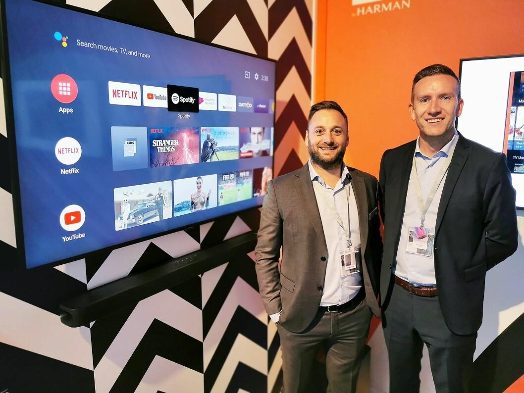 Trond Gulbrandsen (t. h.) og Erik Lerseth i Harman med JBL Link Bar, som trolig er verdens første lydplanke med fullverdig Android-TV innebygd. Pris: 4.000,- Foto: Stian Sønsteng.