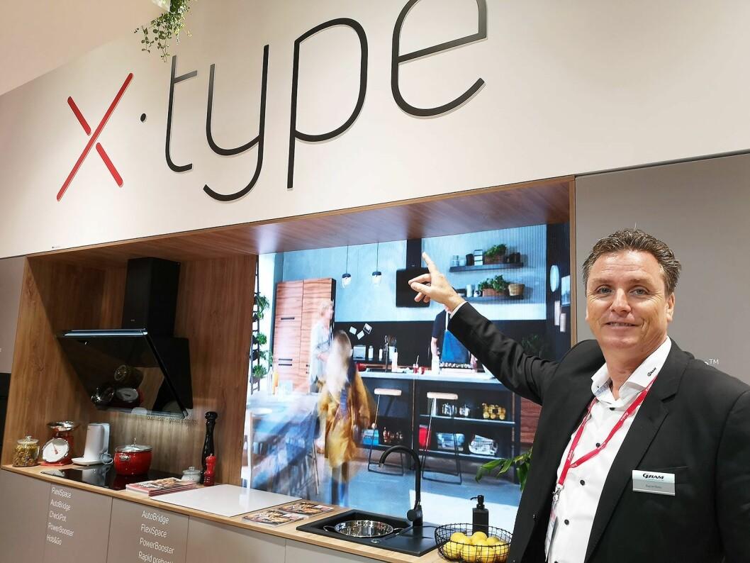 Ragnar Ek, salgssjef hos Gram i Norge, viser fra selskapets nye X-Type-design. Foto: Marte Ottemo