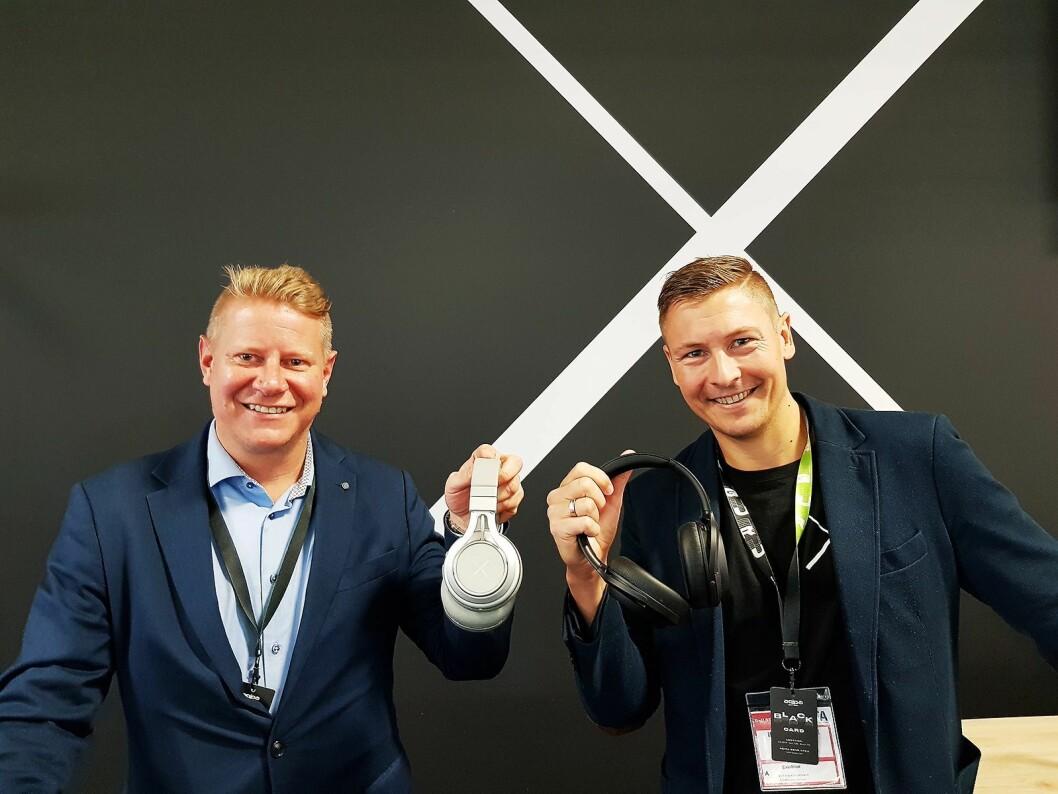 Finn Kristoffer Larsen (t. v.) og Jørgen Flåtene foran X-en på IFA. Foto: Jan Røsholm