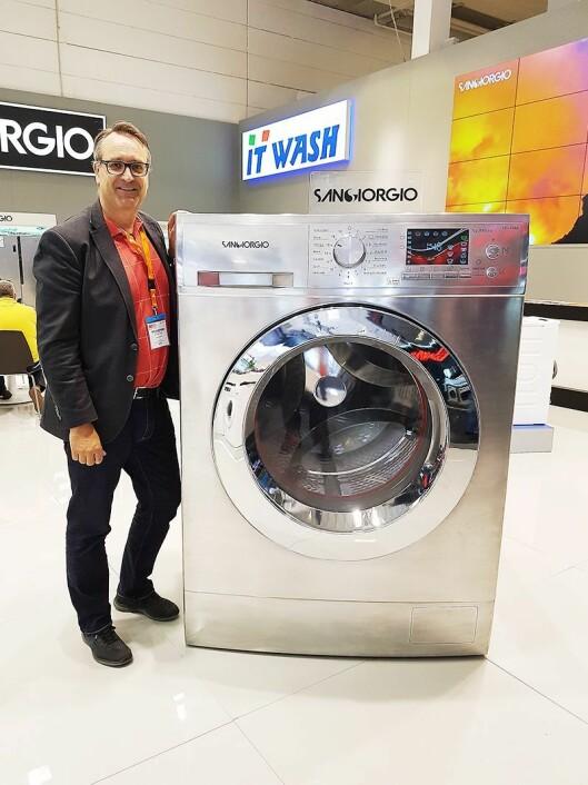Artikkelforfatteren er 195 cm høy, plassert ved siden av verdens største vaskemaskin for hjemmebruk. Foto: Inge Krav.