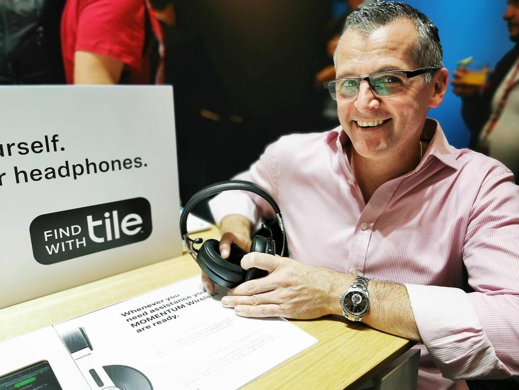 Peter Groom i Tile med hodetelefonen Momentum, som er Sennheisers første hodetelefon med Tile innebygd. Foto: Stian Sønsteng
