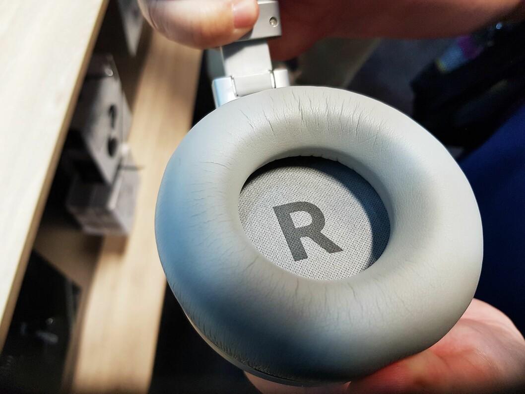 For best mulig lydopplevelse er det viktig å ha hodetelefonen riktig på. Klokkene er merket med R og L, for Right og Left. Foto: Jan Røsholm.
