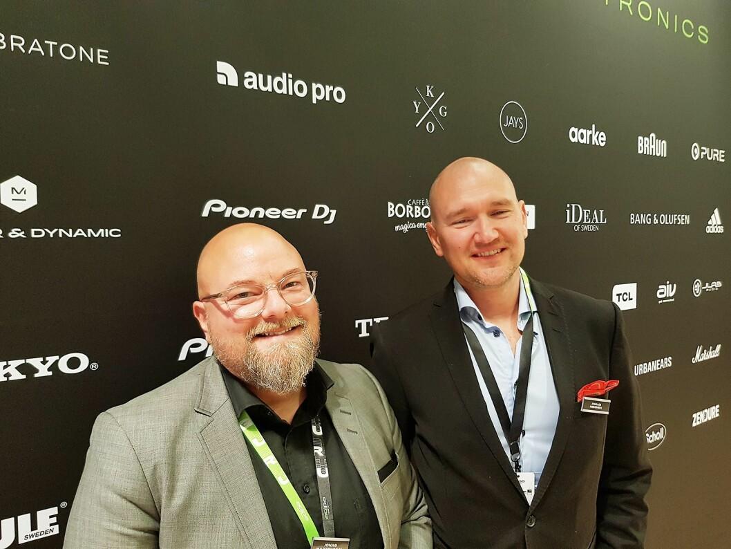 Jonas Mårtensson (t. v.) og Johan Niininen foran noen av merkevarene Aqipa distribuerer. Foto: Jan Røsholm