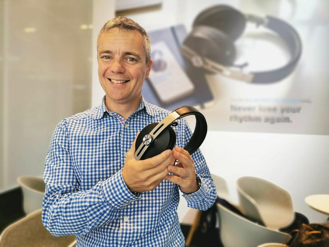 Peter Ogley med tredje generasjon Momentum Wireless, med automatisk av/på og smartpause avhengig av om de tas av eller på hodet. Pris: 4.200,- Foto: Stian Sønsteng