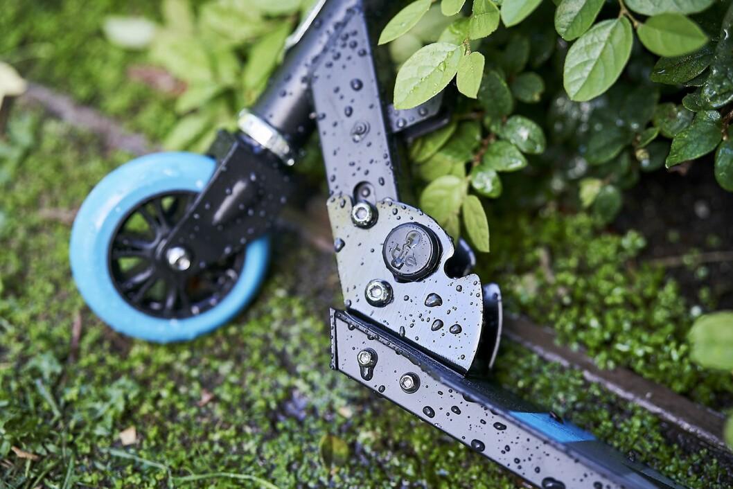 Her er Tile Sticker festet til en sparkesykkel. Vekten er fem gram, og enheten er vannettet. Foto: Tile.
