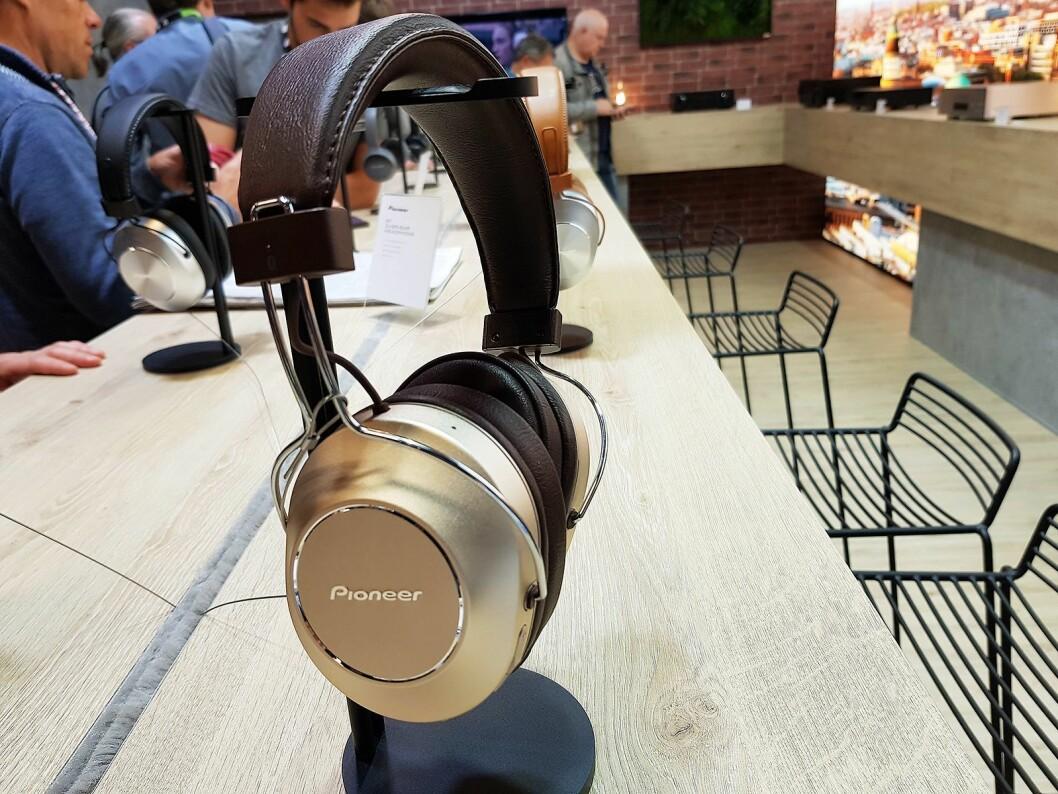 Pioneers nye hodetelefon har fått et retro design, og har blant annet skinnbekledt hodebøyle. Foto: Jan Røsholm.