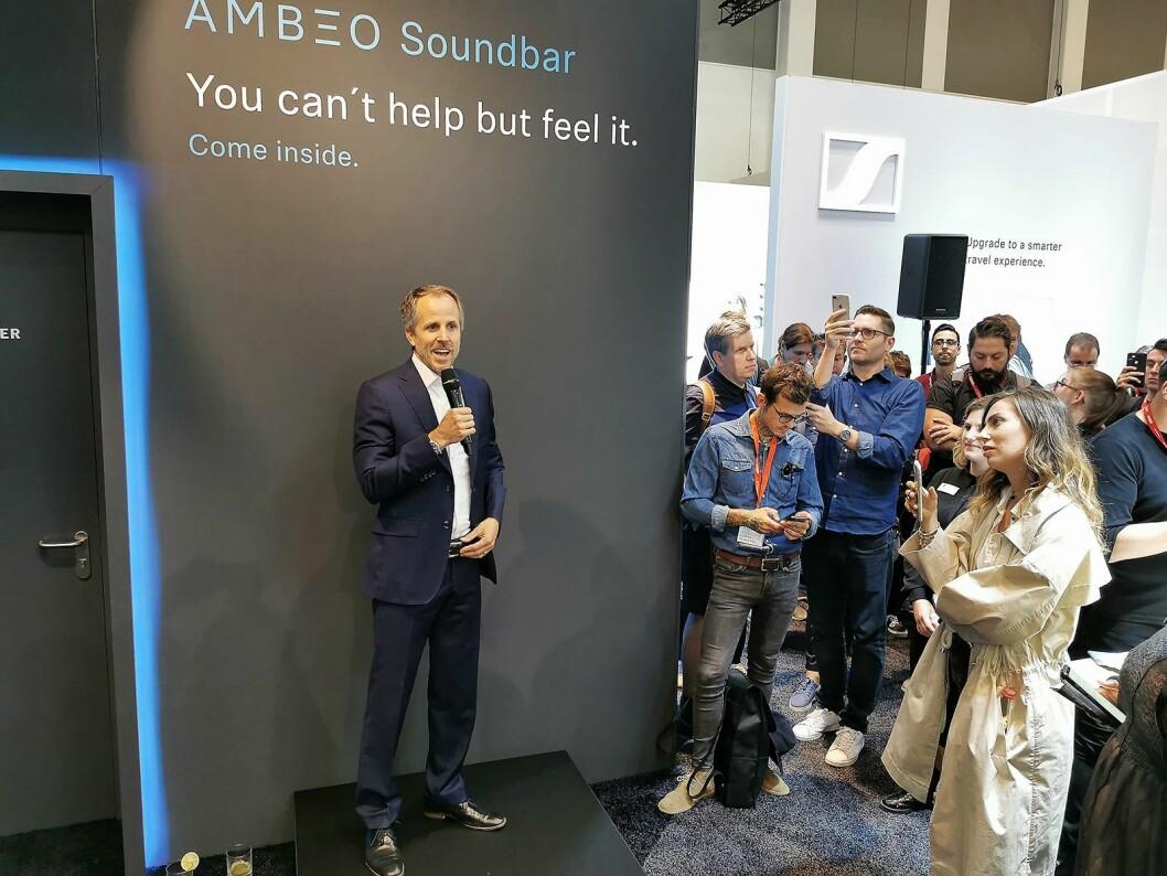 Toppsjef Andreas Sennheiser i det familieeide selskapet Sennheiser på scenen under et arrangement for kunder og presse under IFA. Foto: Stian Sønsteng.