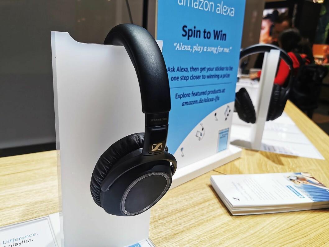 Sennheiser PXC 550-II har smart støyreduksjon som automatisk skal tilpasses omgivelsene. Den slår seg automatisk av/på når de tas av/på hodet, har Bluetooth aptX Low Latency til filmlyd uten tidsforsinkelse (fra Android) og støtter AAC AptX og AptX LL. Pris: 3.600,- Foto: Stian Sønsteng.