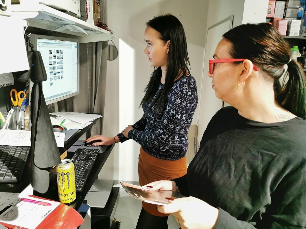Katrine Bjørneby (t. h.) og Andrea Elstad Raa ved Elite Foto i Sandvika Storsenter med programvaren som brukes i produksjonen av trykte kort og fotobok. Foto: Stian Sønsteng.