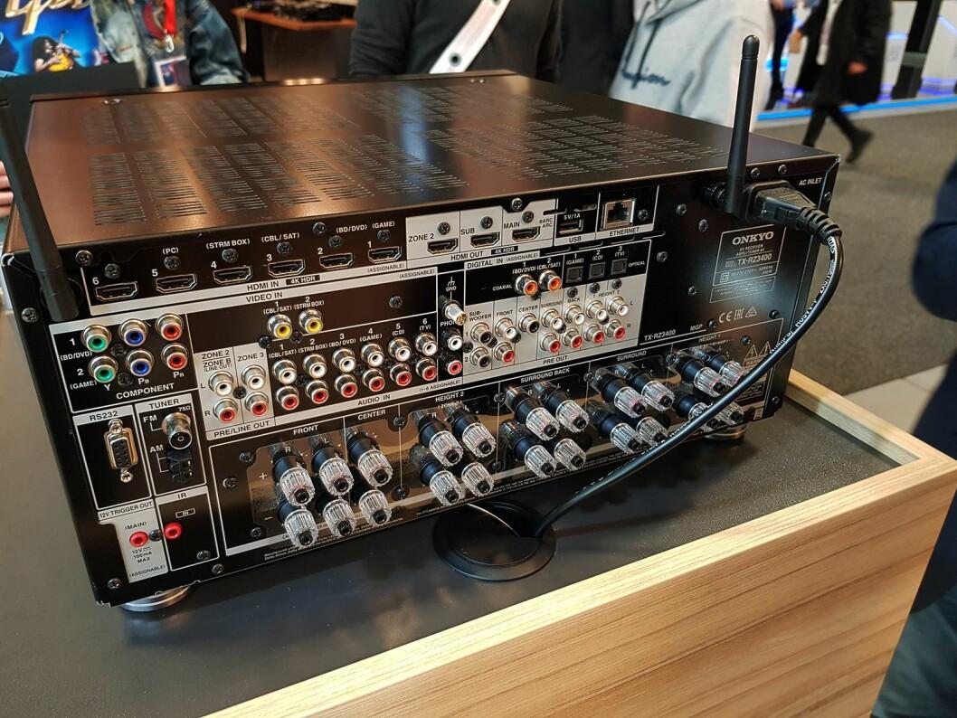 I tillegg til trådløs støtte er det mange tilkoblingsmuligheter på Onkyo TX-RZ3400. Foto: Jan Røsholm.
