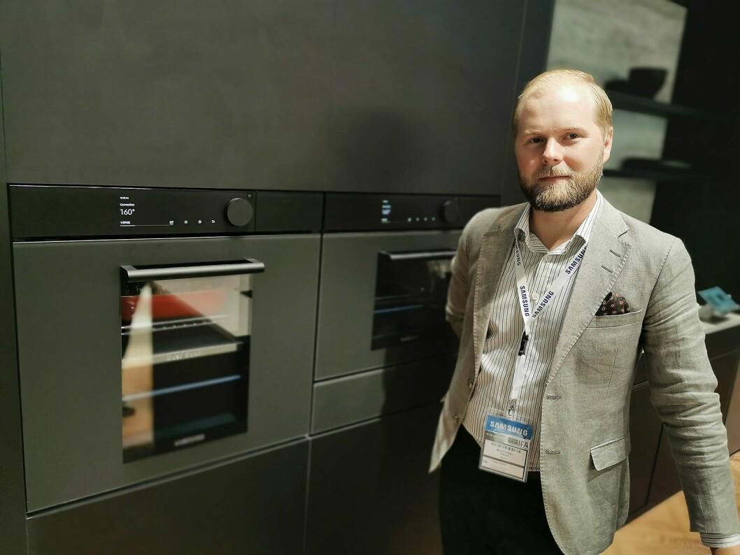 Marcus Eriksson, nordisk ansvarlig for produktsjefene innen hvitevarer i Samsung, med den nye stekeovnen der man kan dele ovnsrommet og bruke dampfunksjon oppe og/eller nede. Foto: Stian Sønsteng.