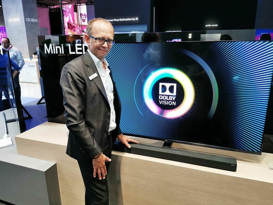 Johan Huss i TCL med X10-serien, med mini-led, 100 Hz og direktebelysning med 768 soner lokaldimming. 65-tommeren koster rundt 25.000 kroner. Foto: Stian Sønsteng.