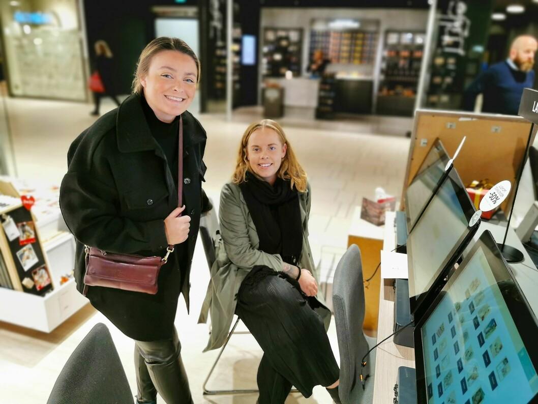 Johanne Skaatun (t. v.) og Elisabeth Emanuelsen bestiller bilder hos Elite Foto i Sandvika Storsenter. Foto: Stian Sønsteng.