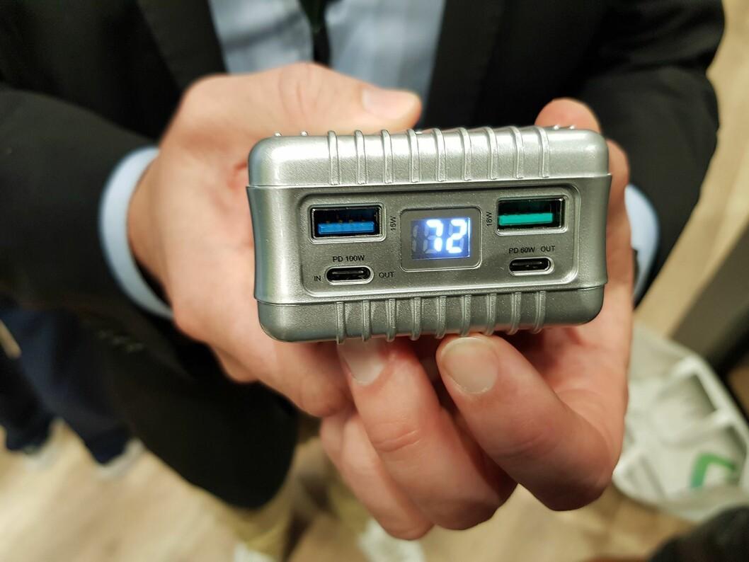 Den ene lommeladeren fra Zendure gir 100 watt ut ifra venstre plugg, og 60 watt fra den høyre. De kan brukes samtidig. Foto: Jan Røsholm.