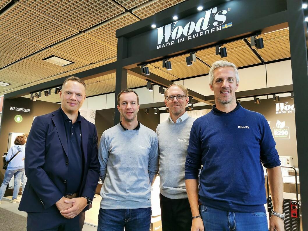 Administrerende direktør Patrik Tedsjö (f. v.), Tanguy Rochcongar (eksportsjef), Mats Karlsson (styreleder) og Rickard Sohlin (nordisk salgssjef) utenfor Woods utstilling på IFA. Foto: Stian Sønsteng