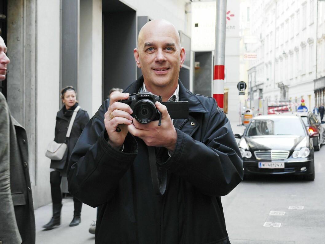 Christer Ericsson, PR-ansvarlig i Panasonic Norden, sier selskapets transparente oled-TV kommer på markedet i 2020. Her ved en tidligere lansering fra Panasonic. Foto: Marte Ottemo.