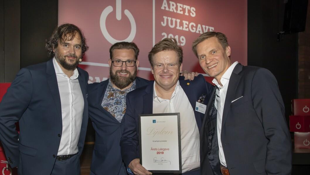 Årets julegave ble kategorien smarthjem-produkter. Stian Sønsteng delte ut prisen til representanter fra hovedjuryen. Fra venstre  Peter Andersson (NetOnNet), Pål Fredrik Berg (Komplett) og Asle Bjerkebakke (Elon). Foto: Tore Skaar