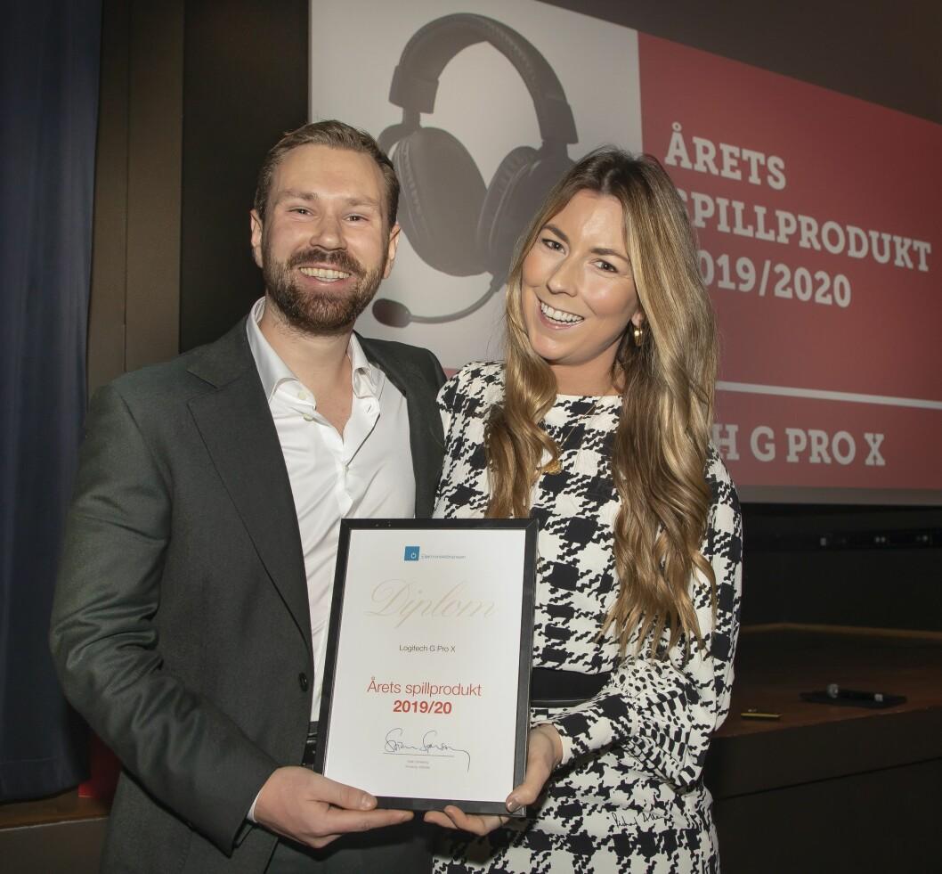 Årets spillprodukt ble Logitech G Pro X. Petter Andersen (f. v.) og Maiken Muller-Andersen mottok prisen. Foto: Tore Skaar.