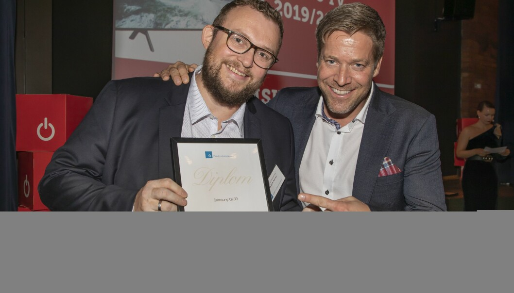 Årets TV ble Samsung Q70R. Knut-Eirik Rørnes (f. v.) og Paal Anders Jansen fra Samsung mottok prisen. Foto: Tore Skaar.
