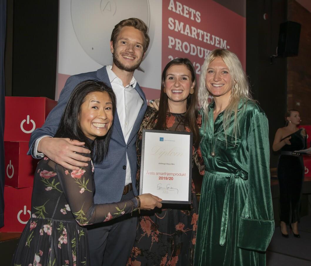 Årets smarthjem-produkt ble Airthings Wave Mini. Fra venstre Tuyen Vo Olsen, Sebastian Hewes, Lauren Alkire og Pippa Boothman mottok prisen. Foto: Tore Skaar.