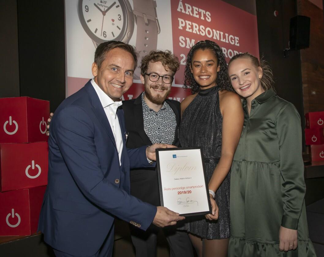 Årets personlige smartprodukt ble Samsung Galaxy Active 2. Øyvind Aasen (f. v.), Daniel Kvalheim, Adeline Sandbakken og Celina Røste mottok prisen. Foto: Tore Skaar.