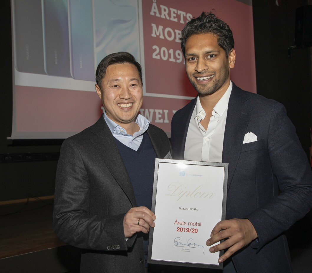 Årets mobil ble Huawei P30 Pro. Anders Bigseth (t. v.) og Alex David mottok prisen. Foto: Tore Skaar.