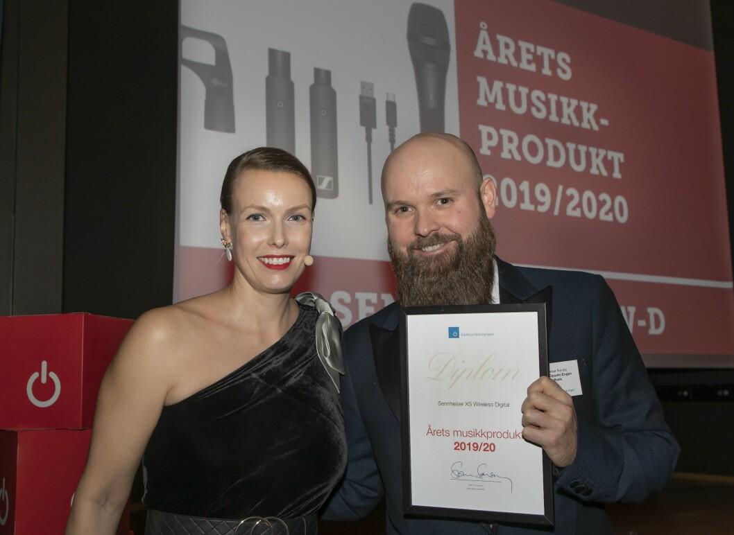 Årets musikkprodukt ble Sennheiser XSW-D-serien. Richard Opsahl-Engen Nordbæk mottok prisen, her sammen med kommunikasjonssjef Marte Ottemo i Elektronikkbransjen. Foto: Tore Skaar.