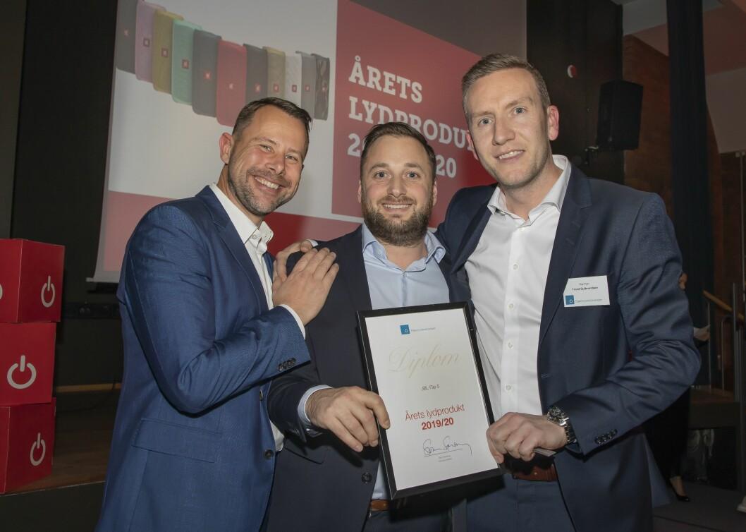 Årets lydprodukt ble JBL Flip 5 . Henrik Sie (f. v.), Erik Lerseth og Trond Gulbrandsen fra Harman mottok prisen. Foto: Tore Skaar.