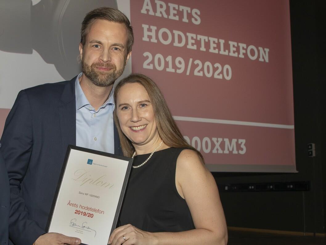 Årets hodetelefon ble Sony WF-1000XM3. Rolf Loraas og Laura Fabricius fra Sony tok mot prisen. Foto: Tore Skaar.