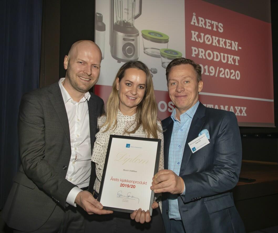 Årets kjøkkenprodukt ble Bosch Vitamaxx. Morten Kristensen (f. v.), Kristine Maudal og Espen Vik mottok prisen. Foto: Tore Skaar.