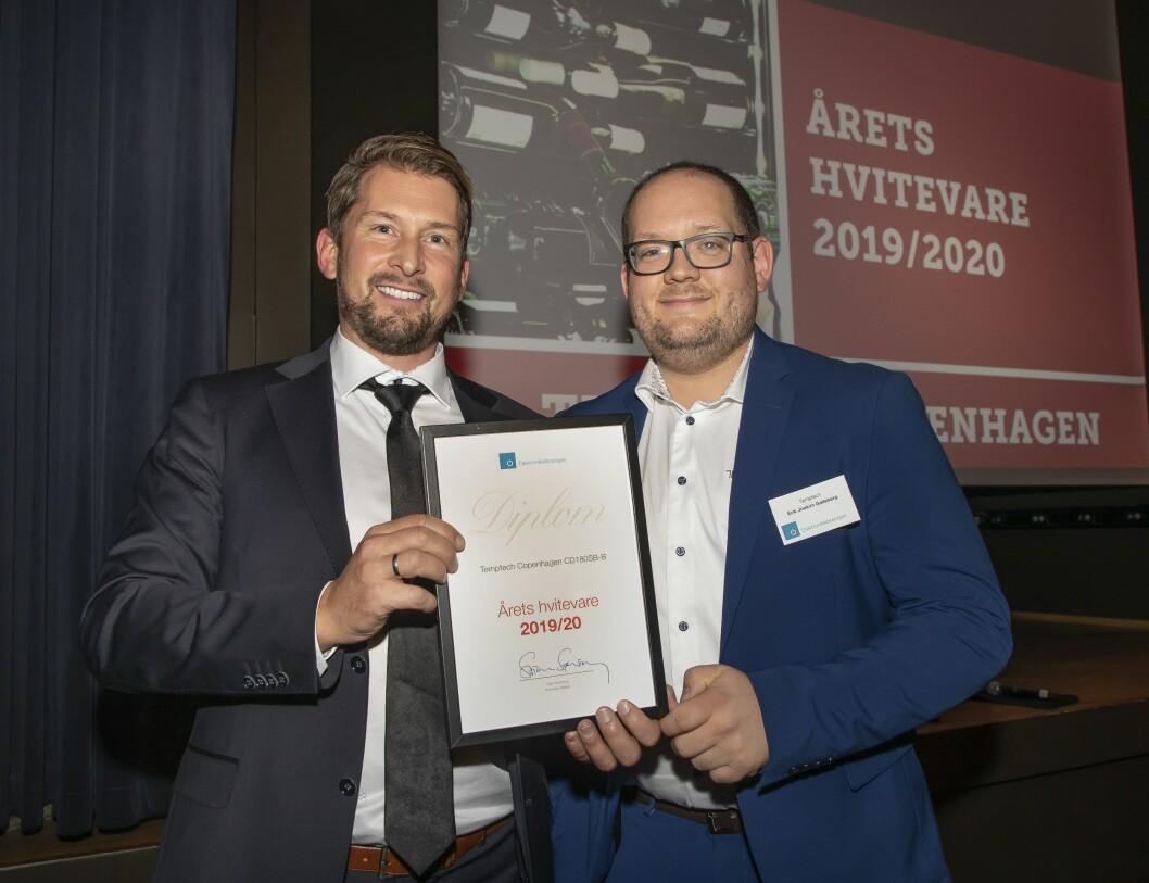 Årets hvitevare ble Temptech Copenhagen CD180SB-B. Christoffer Hamer (f. v.) og Erik Joakim Galleberg i Temptech mottok prisen. Foto: Tore Skaar.