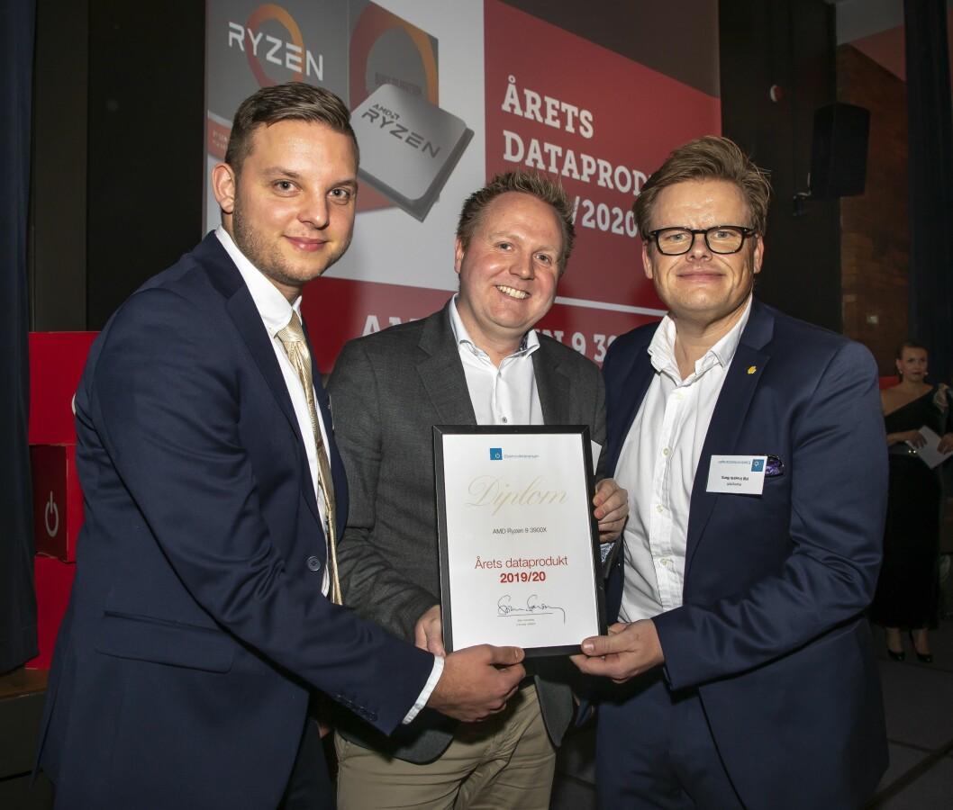 Årets dataprodukt ble AMD Ryzen 9 3900X. AMD var dessverre ikke til stede under kåringen, i stedet tok jurymedlemmene Vegar Berg (f. v.) fra Power, Knut Grimstad fra Elon og Pål Fredrik Berg fra Komplett mot prisen. Foto: Tore Skaar.