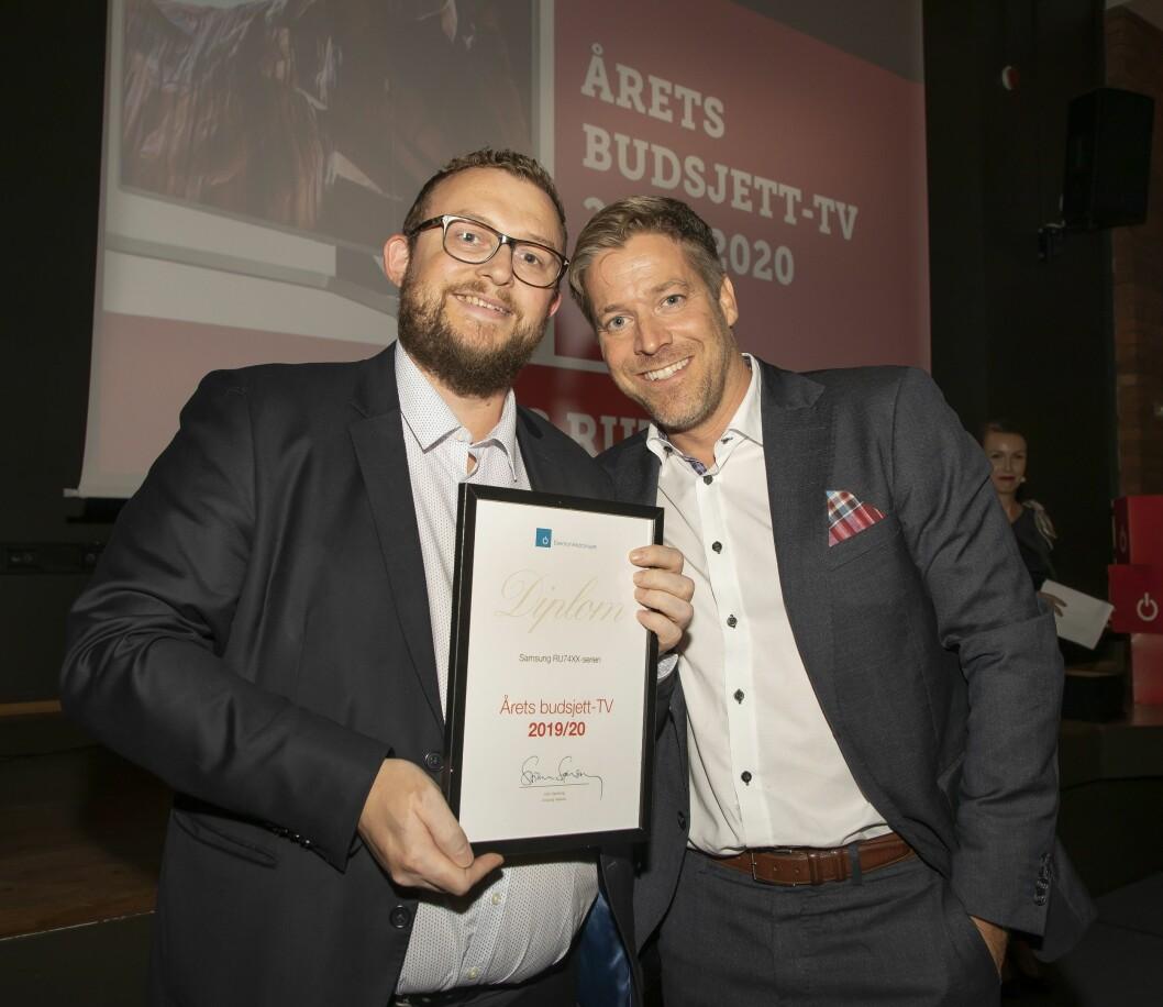 Årets budsjett-TV ble Samsung RU7445/55/75. Knut Eirik Rørnes (f. v.) og Paal Anders Jansen fra Samsung mottok prisen. Foto: Tore Skaar.