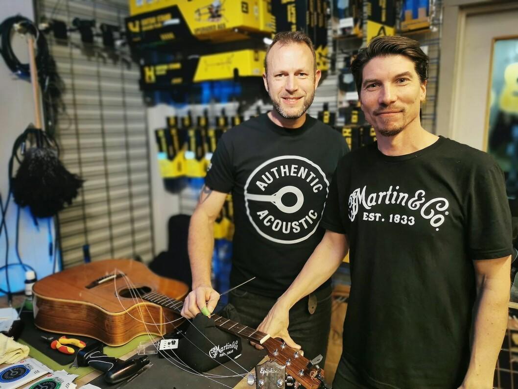 Steve Harvey (t. v.) i Martin Guitars og Morten Jensen i EM Nordic besøkte fire norske butikker på Martins strengebytte-turné. Foto: Stian Sønsteng