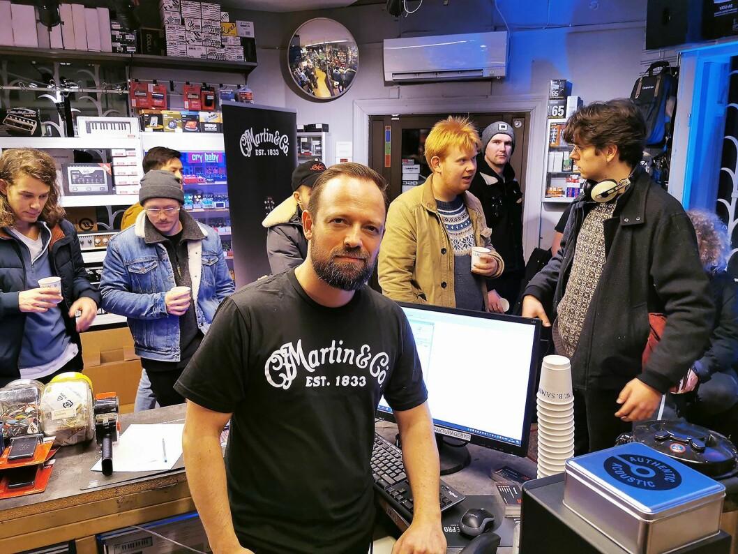 Mats A. Haugen ved Deluxe Music i Oslo setter pris på å få mange kunder i butikken i forbindelse med strengebytte-turneen til Martin Guitars. Foto: Stian Sønsteng.