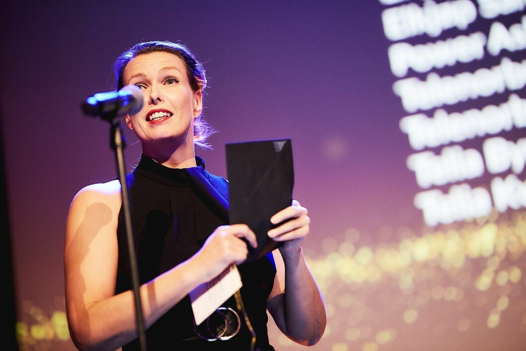 Kommunikasjonssjef i Stiftelsen Elektronikkbransjen, Marte Ottemo, delte ut prisen for «årets privatforhandler». Foto: Helge Brekke/Teknisk Ukeblad.