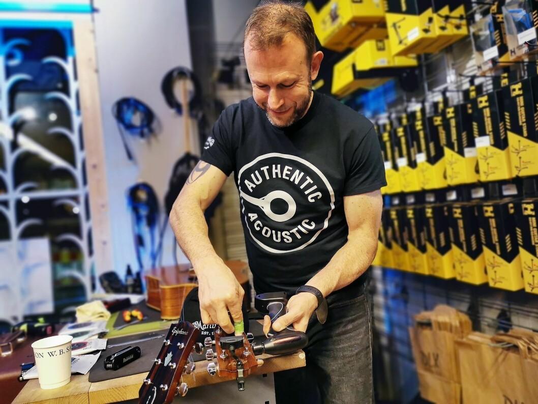 Markedssjef Steve Harvey i Martin Guitars har byttet strenger på adskillige gitarer på sin Europa-turné. Her hos Deluxe Music på Grünerløkka i Oslo. Foto: Stian Sønsteng.