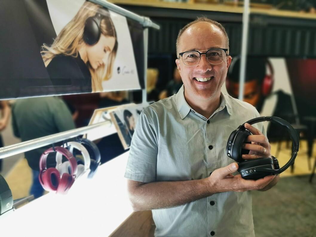Jeff Hutchings er produktsjef hos Skullcandy. Her viser han de nye Crusher ANC. Pris: 3.300,- Foto: Stian Sønsteng