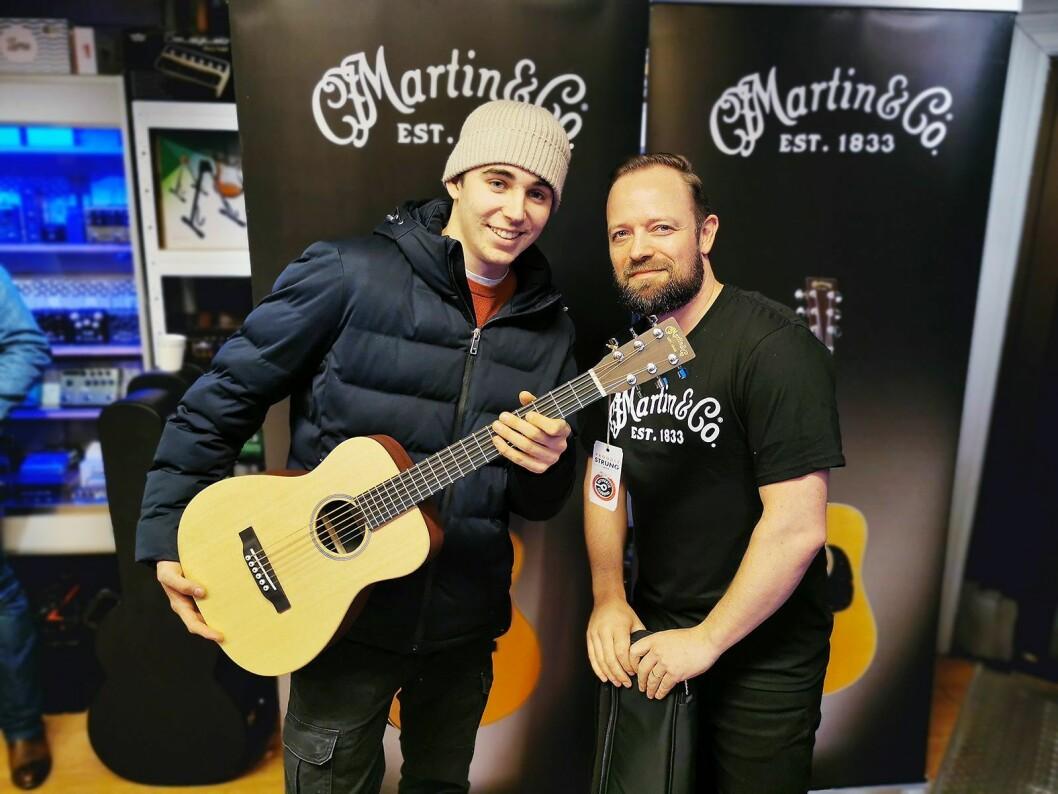 Filip Fleischer fra Oslo ble trukket ut som vinner av den lille Martin-gitaren LX1E. Her sammen med butikksjef Mats A. Haugen ved Deluxe Music på Grünerløkka i Oslo. Foto: Stian Sønsteng.