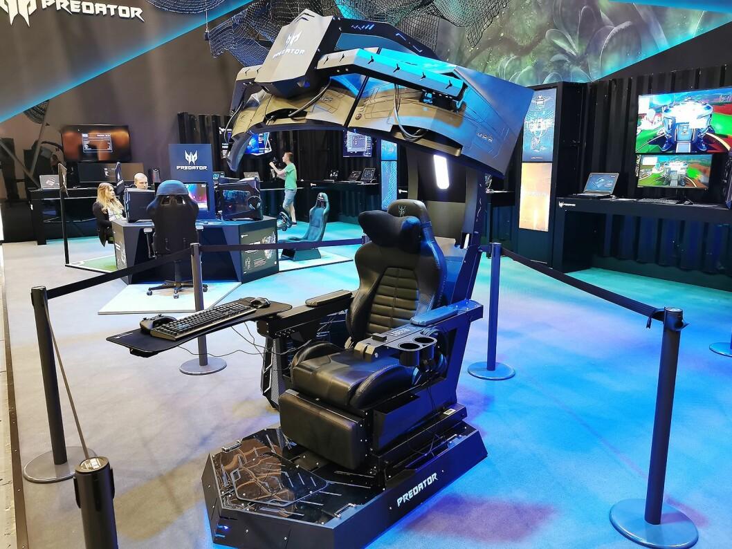Predator Thronos Air er en avansert spillstol, med plass til tre 27-tommers skjermer. Vekt: 220 kilo. Foto: Stian Sønsteng.
