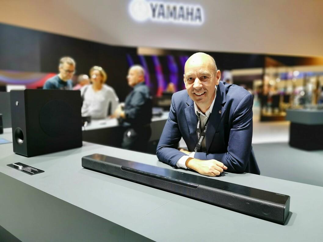Marcus Carlsson i Yamaha Music Europe med MusicCast Bar 400, som kom i vår. Denne kan koples til en trådløs dypbasshøyttaler og/eller trådløse bakhøyttalere. Pris: 6.000,- Foto: Stian Sønsteng