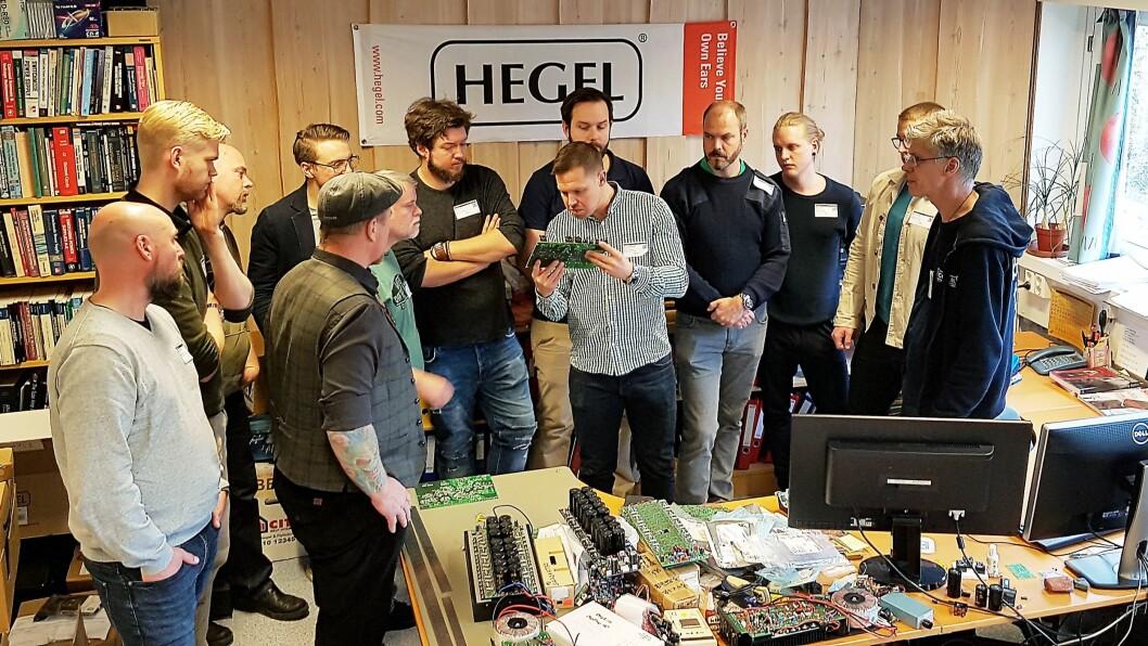 Sjefsutvikler og eier av Hegel, Bent Holter (helt til høyre), har besøk av HiFi Klubbens svenske butikksjefer. Foto: Christian Åkre, Hegel