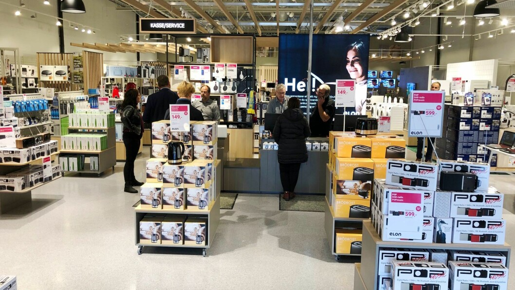 Daglig leder og butikksjef Frode Arntsen ved Elon Grimstad til venstre bak disken. Foto: Elon