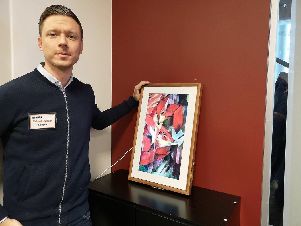 Kundeansvarlig i Netgear, Rickard Eriksson, viser fram selskapets nyeste satsing, det digitale lerretet Meural. Foto: Marte Ottemo