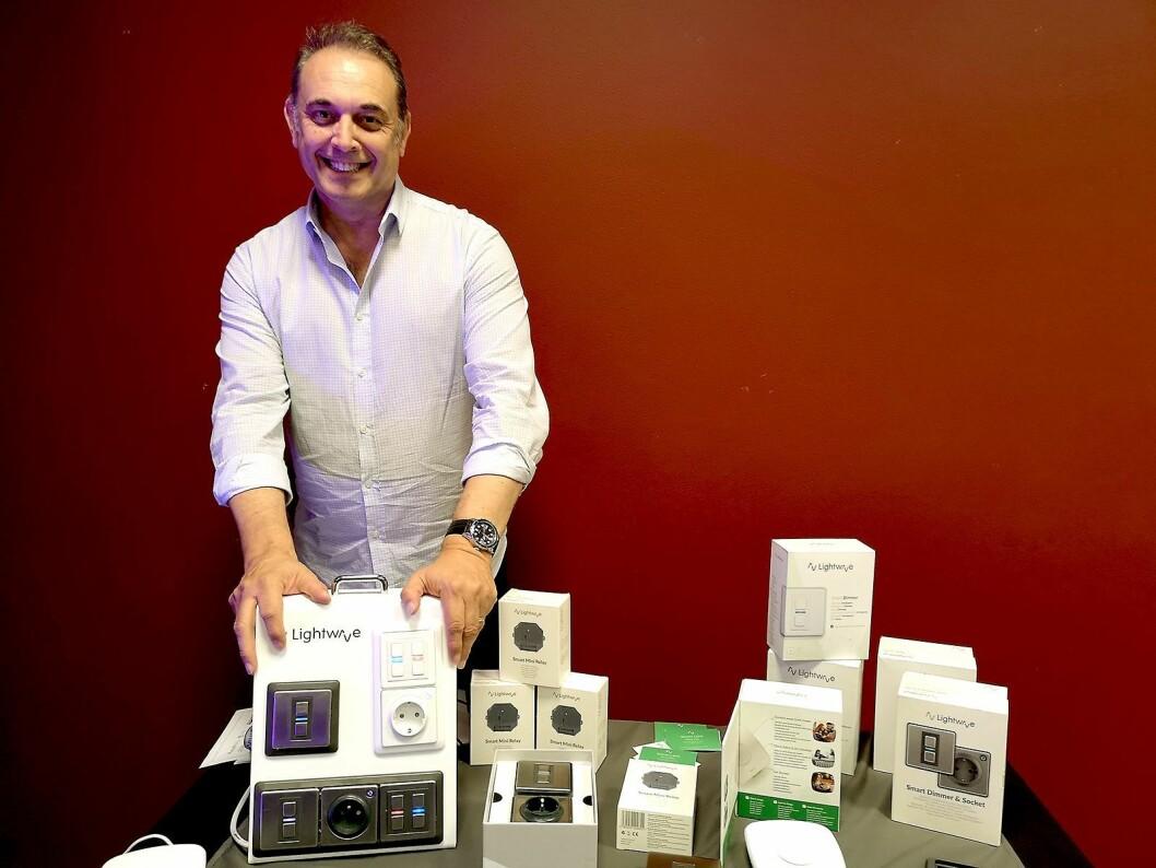 Simon Lane, salgssjef i Lightwave, viser fram noen av smarthjem-produktene fra selskapet. Foto: Marte Ottemo